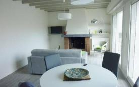 Dans le centre d'Hossegor, quartier calme, près du lac marin, premier étage d'une maison ancienne...