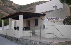 Casa Golondrina est un authentique cortijo avec piscine (9x5m), situé dans un coin paisible des montagnes d'Almunecar.