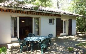 Villa mitoyenne séparée par deux garages avec jardin privatif d'environ 300 m² clos et boisé à 40...