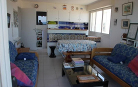 Appartement 2-pièces ancien de 55 m² situé au deuxième et dernier étage d'une petite résidence av...