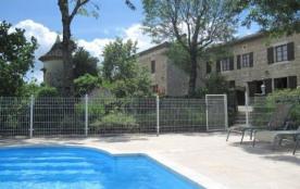 Maison de pays en pierre blanche, sur 2 niveaux, mitoyenne avec une piscine commune, cadre verdoy...