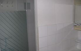 accès à la cabine de douche SDB