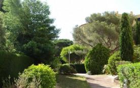 Situé dans une résidence verdoyante, à proximité du centre-ville et à 500 m des plages.