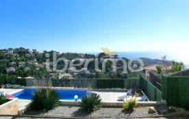 IB-1383 - Villa de 180 m² située dans un lotissement tranquille de Lloret del Mar.