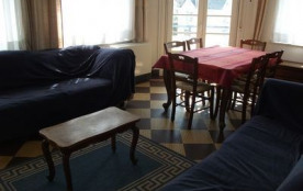 Appartement situé à 50 m de la plage au deuxième étage.