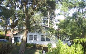 Villa années 50 sur terrain environ 1200 m² située à environ 200 m du lac marin et environ 1000 m...