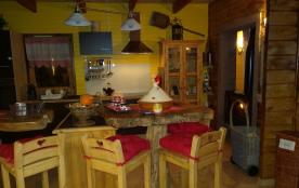 Cuisine avec ses tables et chaises haute en racine d'arbres