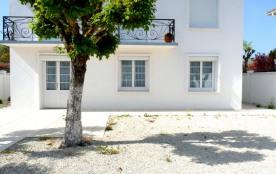 Royan, à 300 m de la plage et des commerces de Pontaillac, appartement T4 situé en rez-de-chaussé...