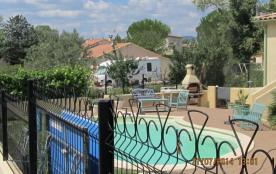 Côté piscine, salle de jardin et barbecue