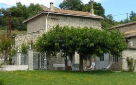 Gîtes en pierre sur 2 niveaux bénéficiant d'un vaste jardin privatif clos en pelouse (600 m²).