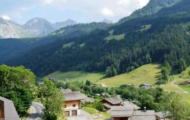 La Résidence Le Belvédère 2 se situe dans le Hameau de Suize, à environ 1000 m du centre et des c...