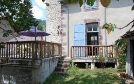 Arrière de la maison avec terrasse et jardin fermé