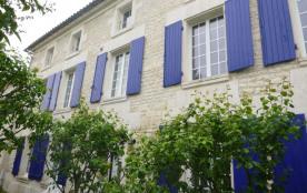 « La Charantillaise » est une maison typiquement charentaise de 150m² avec moellons et pierres de...