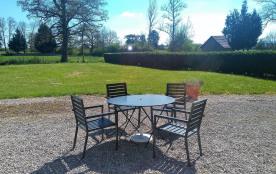 le jardin et ses tables de repas