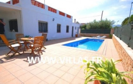 Jolie villa moderne, profitant de sa belle piscine privée sur une grande terrasse agréable.