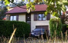 Villa indépendante sur 2 niveaux construite sur un terrain pentu d'environ 1000 m². Cette maison ...