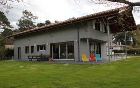 Belle villa de 2015 située dans un quartier résidentiel calme à deux pas du centre-ville et du go...