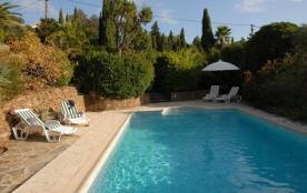 Très jolie villa avec piscine entièrement restaurée, décoration soignée.