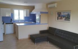 cuisine et salon à l'étage avec deux chambres lits double wc  et salle de bain