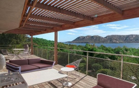 La villa se situe à 2 kms au nord de Porto-Vecchio, en bord de mer, à Marina di Fiori, domaine de...