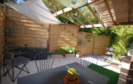 Terrasse ombragée et fleurie