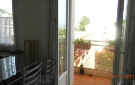 Table, chaises, vue sur le petit balcon