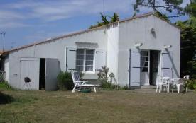 A 400m plage du Marais Girard, Petite maison de vacances des années 50 avec beau jardin