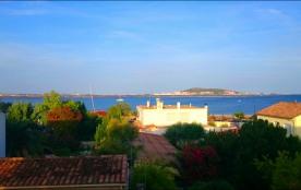 Appartement T3 de 75 m2, centre ville,  1er étage dans maison de village vue imprenable sur l'Etang de Thau et Sète. ...