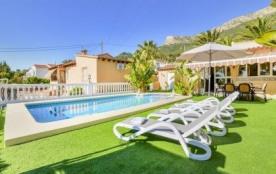 Jolie villa de vacances et de plain pied pour 6 personnes avec piscine privée, située à Calpe. La...