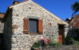 Charmante maisonnette dans hameau paisible - Saint Floret