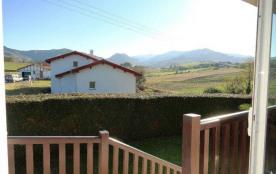 A 4 km de St Jean Pied de Port, cet appartement mitoyen aux propriétaires offre une belle vue sur...