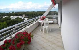 Superbe P2 environ 35 m² spacieux et clair, aménagement confortable et agréable petite vue mer et...