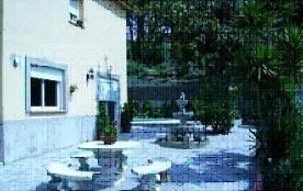 Confortable Villa pour 10 personnes avec pisicne située dans un quartier tranquille et résidentiel.