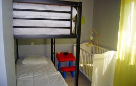 chambre 2 avec lits superposés et lit bébé