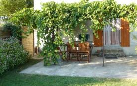 Proche du Pilât et des Monts d'Ardèche, cette maison du XVIIe située dans un hameau dominant le v...