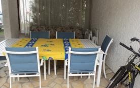 . Elle se prolonge par le patio couvert (t(able et canapé)