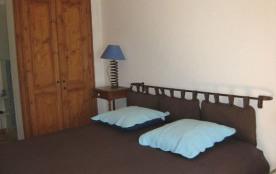 Chambre avec grand lit et armoire