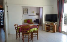 Appartement T3 de vacances au premier et dernier étage d'une propriété fermée avec jardin.