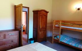 chambre 1 lit 140x190 + 2 lits superposés