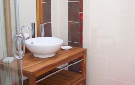 Salle d'eau de l'étage avec douche et toilette