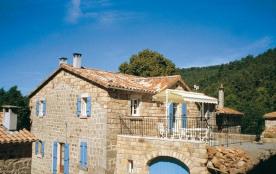 Superbe maison en pierre située dans un petit hameau, à l'orée d'une châtaigneraie.
