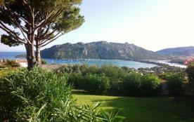 La villa est en bas près de la mer