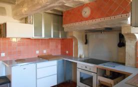 La cuisine avec sa grande cheminée du four à pain