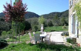 Maison indépendante en pierre de pays, aménagée à l'entrée d'un petit hameau au fond d'une vallée...