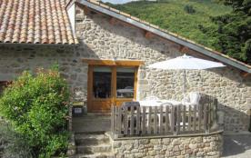 Dans petit hameau très calme, à 1 km du village (tous commerces), maison en pierre restaurée comp...