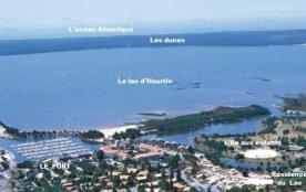 Vue aérienne de Hourtin port avec au fond l'océan