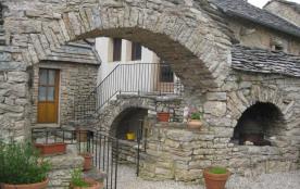 gîte en pierre rénové dans un ancien corps de ferme