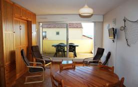 Studio situé au rez de chaussée surélevé d'une résidence sans ascenseur en bordure de la plage No...