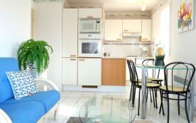 Dans résidence de vacances en bord de mer avec piscine et parking commun, à 250 m de la plage et ...