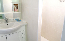 le cabinet de toilette de la chambre bleue